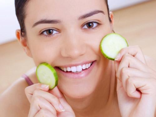 łagodzi podrażnienia i zmiękcza skórę, nawilża ją, tonizuje i odświeża, działa ściągająco, wygładzająco i wybielająco.