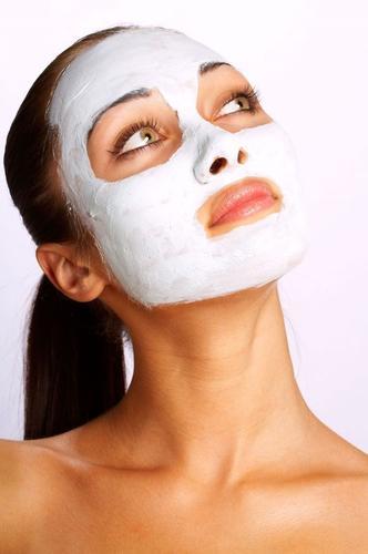 Zmniejsza suchość skóry wokół oczu, nadaje jej gładkość oraz zdrowy wygląd.