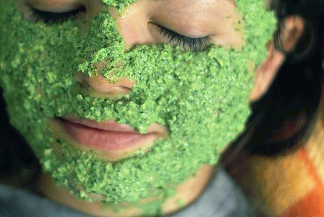Maska zapobiega powstawaniu worków pod oczami.