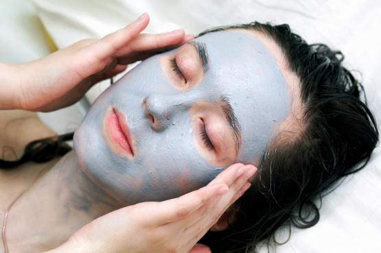Pielęgnację twarzy maseczkami warto przeprowadzać wieczorem kiedy skóra najlepiej przyswaja składniki odżywcze